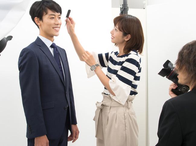 プロフィール写真の撮影のためにおすすめのヘアメイクを受けるビジネスマンの写真
