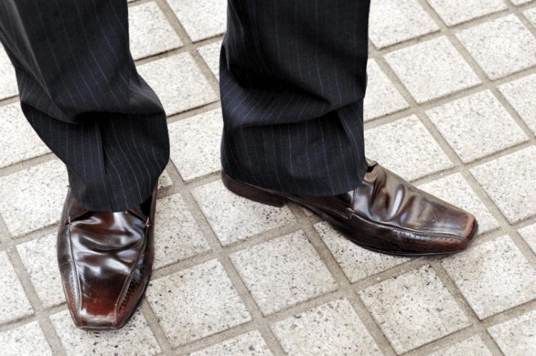 男性のビジネスプロフィール写真で失敗しない靴の選び方を解説1
