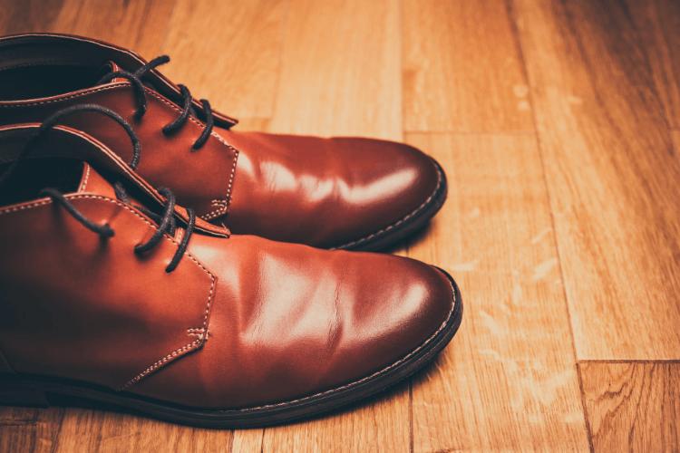 男性のビジネスプロフィール写真で失敗しない靴の選び方を解説3
