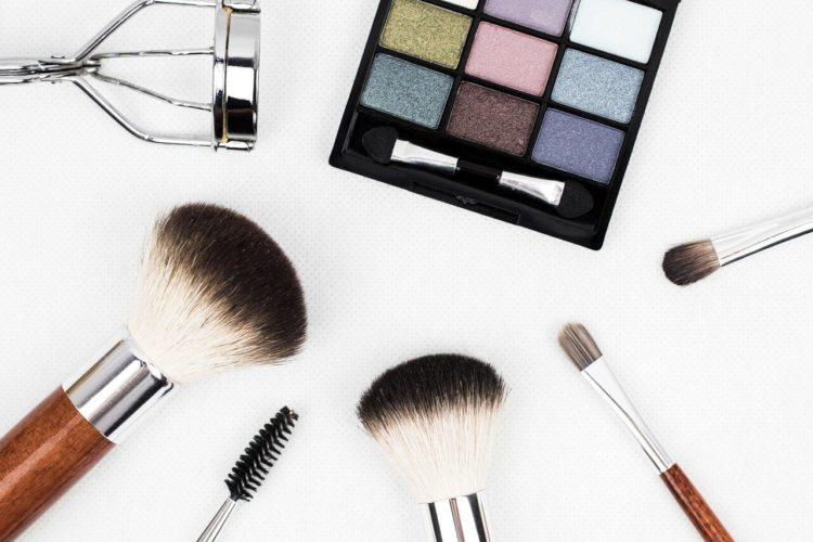 女性のビジネスプロフィール写真のアイメイクのコツとアイテム選びを解説2