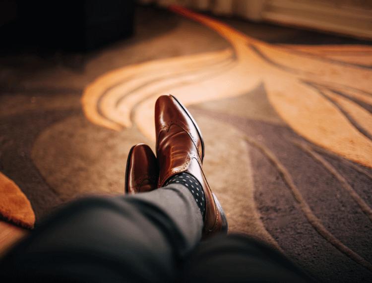 男性のビジネスプロフィール写真で失敗しない靴の選び方を解説2