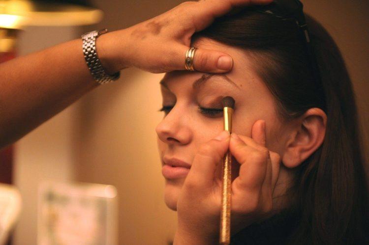女性のビジネスプロフィール写真のアイメイクのコツとアイテム選びを解説4