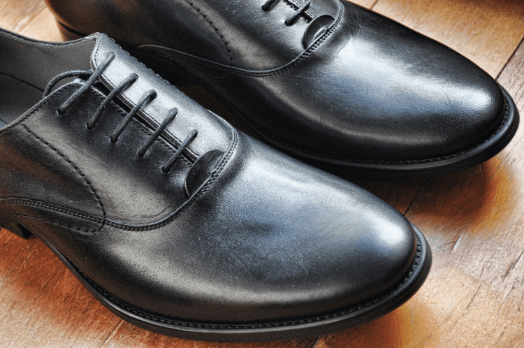 男性のビジネスプロフィール写真で失敗しない靴の選び方を解説