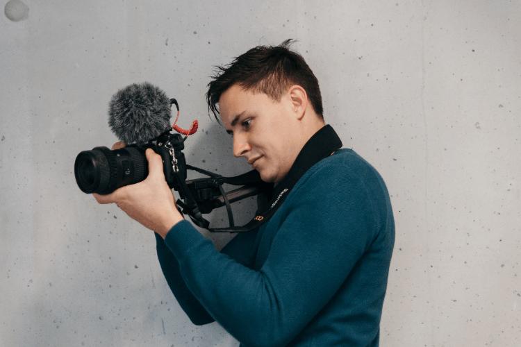 プロカメラマンがビジネスプロフィール写真で男性が着るおすすめのシャツを解説